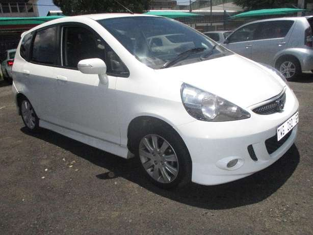 2007 Honda jazz 1.5, 5-Doors, Factory A/c, C/d Player, Central lock. Johannesburg CBD - image 4
