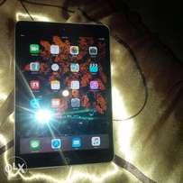 apple ipad 16GB nice uses bluetooth and wi-fi!