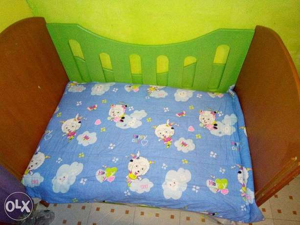 hard wood baby cot/mattress with two attached chest of drawers Kinoo - image 2