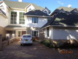 Attractive 5bedrooms Townhouse. family rm. Dsq. Nice garden. 7in a cou