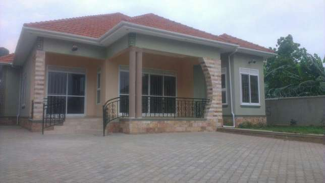 Grand family residence of timeless elegance in najjeera at 450m Kampala - image 1