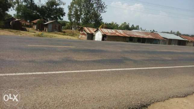 Roadside plot with temporary structures. Homabay Town - image 2