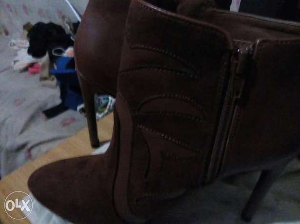 am selling these boots at 5000 bob Kitengela - image 4