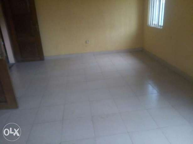 Executive 3bed at Pedro 3 flats in compound 2t 2b - 700k Lagos Mainland - image 2