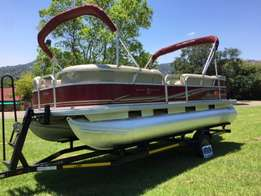 2013 Sun tracker party barge 22 Dlx with 115hp mercury 4 stroke