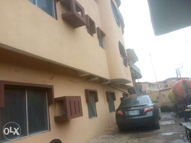 Executive 3bed at Pedro 3 flats in compound 2t 2b - 700k Lagos Mainland - image 1