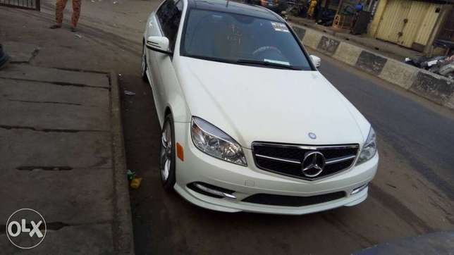 Tokunbo C300 Up for Quick Sale (Manual Drive) Ilupeju - image 1