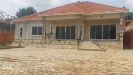 4bedrooms house for sale in Kitende at 550m