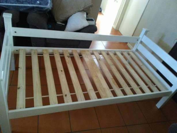 Single bed frame and chest of draws Durban North - image 2