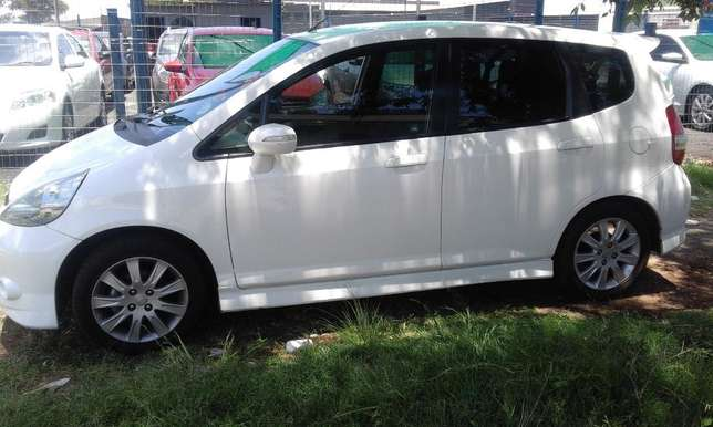 Honda Jazz 1.5 2006 Model 5 Doors Colour White Factory A/C & C/D Play Johannesburg - image 6