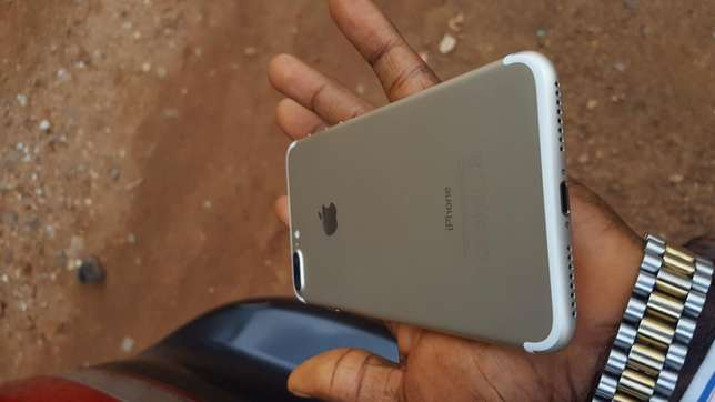 128gb mint factory unlocked gold iPhone 7plus for a low price Osogbo - image 2