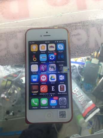 iPhone 5 , 32gb , clean as new with all accessories . Nairobi CBD - image 5