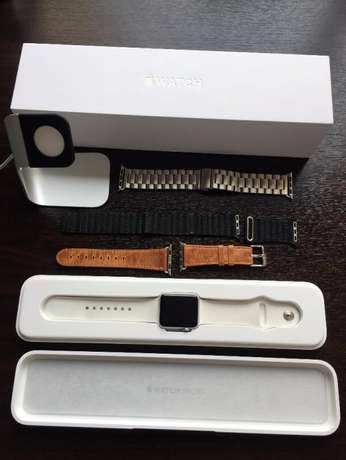 38mm Apple Watch with 4 Straps & charging stand R4500 onco Durban - image 1