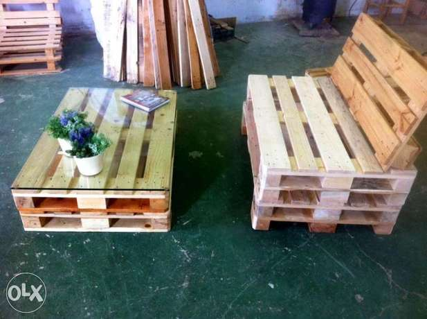 Pallets banch sofa with table glass on the top بنك و طاولة طبالي خشب