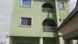 To let: modern 3bedrm flat 2 toilet available at High sch area Akure