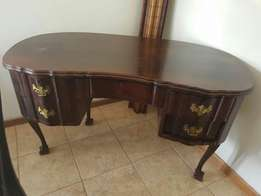Kidney ball and claw table