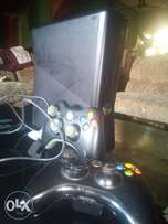Xbox 360 Kinect, HDMI, 20 games and game controllers.