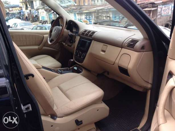 Tokunbo Mercedes Benz ML350 leather interior with 3 row sit Apapa - image 5