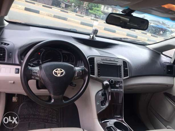 clean Toyota Venza buy and used no condition Ac chilling leather inter Ikotun - image 5