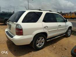 A clean and neatly used 2005 Acura mdx, reverse cam, ac chilling, v6.