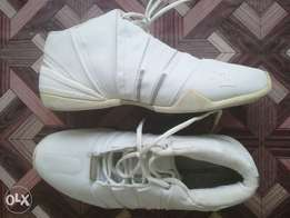 White plain sneakers