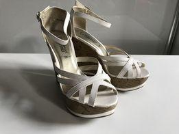 a1873838 Białe sandałki na korkowej koturnie firmy New Look