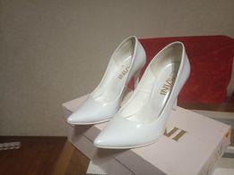 Туфлі весільні білі лаковані на каблучку 5bd558d765caa
