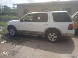 Very cling and neat first body Ford explorer AC engine working perfect