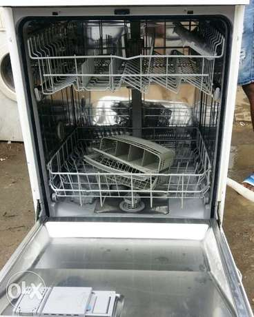 BOSCH Dish Washer (wash, rinse & Dry + payment on DELIVERY) Lagos Mainland - image 4