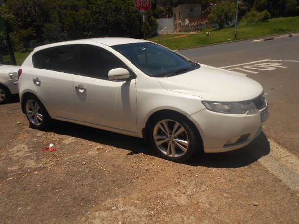 Kia Cerato 2.0, 2011 model, White in color for sale Johannesburg - image 3
