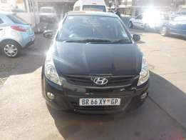 Hyundai i20 1.6 motion 2012 model black in colour 75000km R105000
