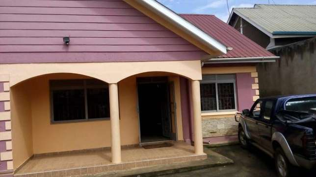 4bed room and 3bedroomed boysquater on urgent sale Kampala - image 1