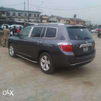 A clean and neatly used 2010 Toyota Highlander, 3roll leather, ac, v6.