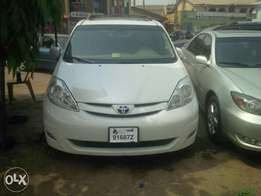 Tokunbo 2008 Toyota Sienna Limited AWD (white colour)