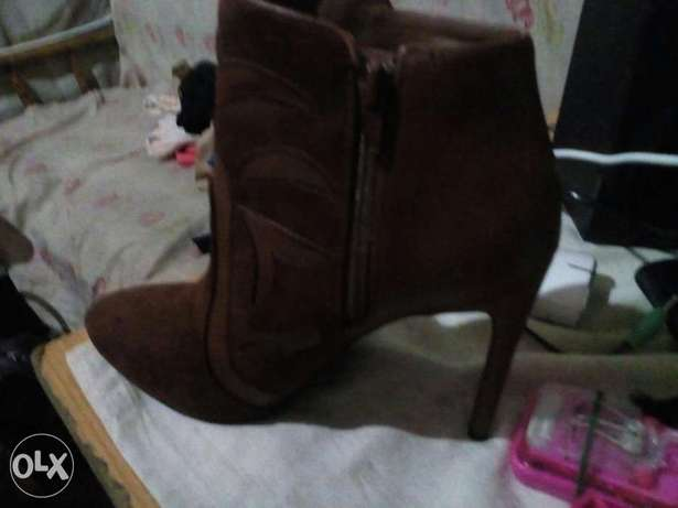 am selling these boots at 5000 bob Kitengela - image 3