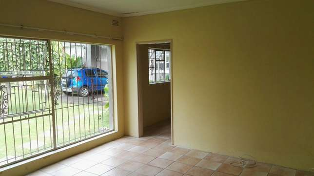 Bachelor flat for rent Witfield - image 4