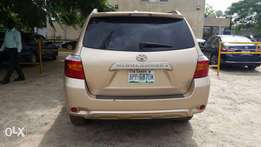Extremely Clean Toyota Highlander Jeep 2010 model