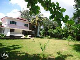 ID 7695 Spacious 4 bedroom house nestled in 1 acre in old nyali