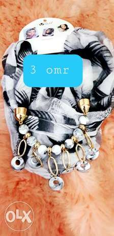 Black white excellent shella with gorgeous necklaces