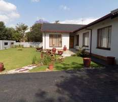 Lovely house in well maintained boomed area
