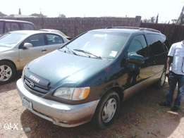 Extremely clean Toyota sienna 2000 xle green