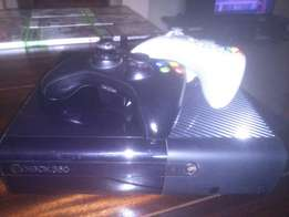 Xbox 360 4gb console + 2 controllers + games