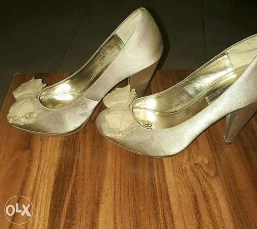 Black gardenia champagne satin court shoes Benin City - image 3