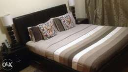 Bed, bedside tables and lamps