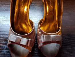 High heeled mettalic brown shoes size 5