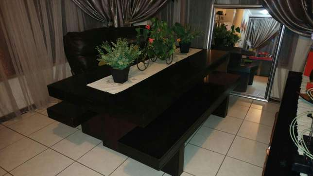 Dining room table and benches Roodepoort - image 4