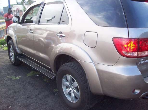 Toyota fortuner 4x4 Model,5 Doors factory A/C And C/D Player Johannesburg CBD - image 2