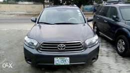 Toyota Highlander (Limited Edition) 2009 model. 3 row seater.