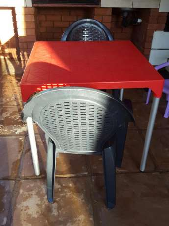 2 black plastic chair and a red square table Rustenburg - image 2