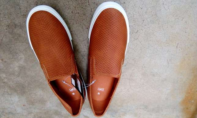 Unisex canvas shoes appropriate for the weather Hazina - image 1